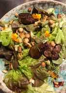 Salat med stegt øko kyllingelever, knoldselleri med timian, ristede hasselnødder og appelsintagetes