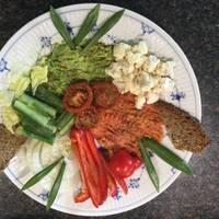 Frokosttallerken med friske grøntsager og moset røget torskerogn samt havensførste ramsløg