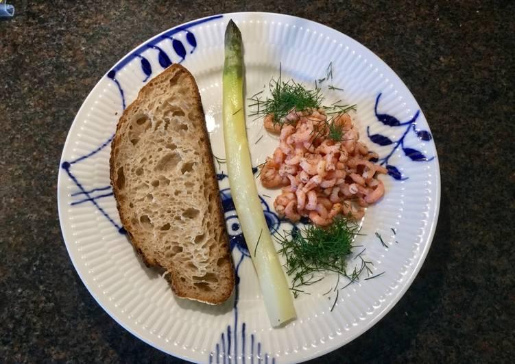 Fjordrejer med asparges og surdejsbrød