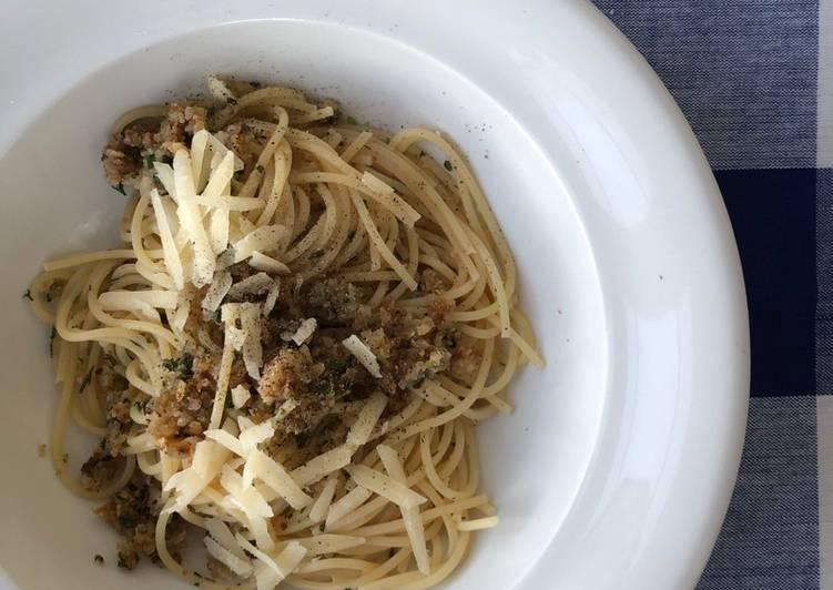 Spagetti med brødkrumme og ansjoser