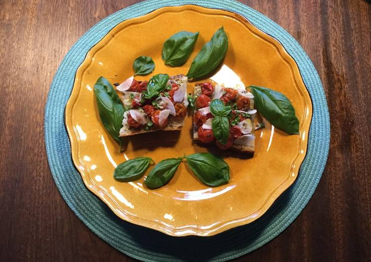 Bruchetta med semidried små tomater, hvidløg og basilikum