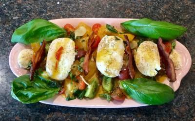 Tomatsalat med bøffelmozarella, basilikum og bacon