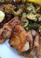 Stegt svinekød med sesampanerede bitre goya (bitre agurker)