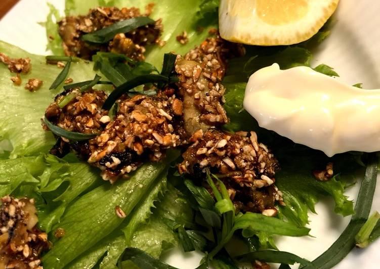 Smørstegte muslinger i rugmel med salat og krydderurter