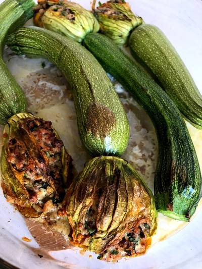 Bagte farserede squashblomster (vegetarisk)