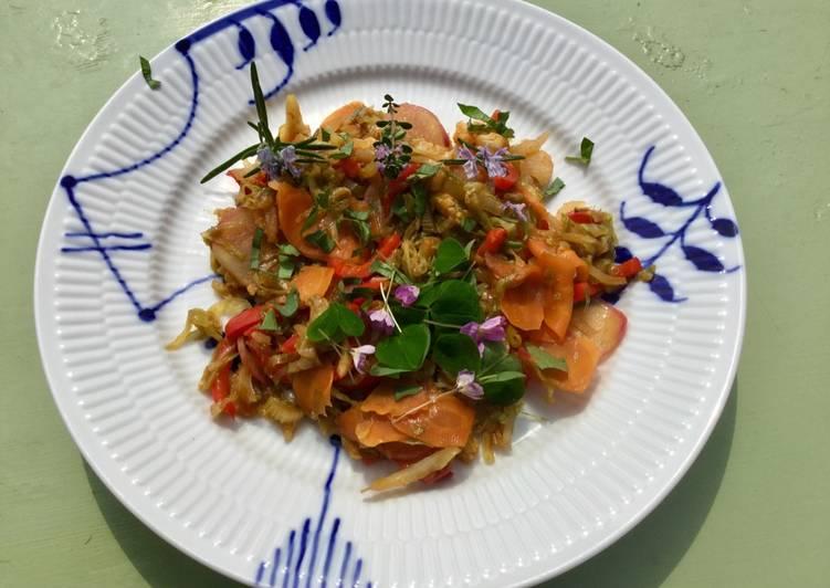Frokostret med wokstegte grøntsager og friske urter