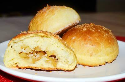 Drożdżówki z karmelizowanymi jabłkami i kokosem