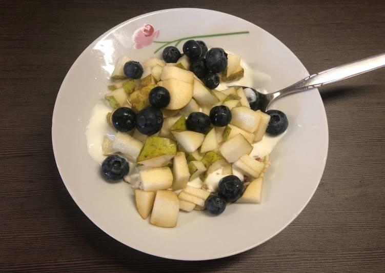 Owsianka z jagodami i gruszką