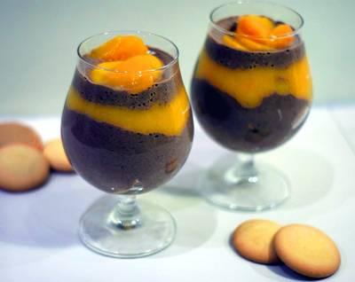 Deser czekoladowo-brzoskwiniowy