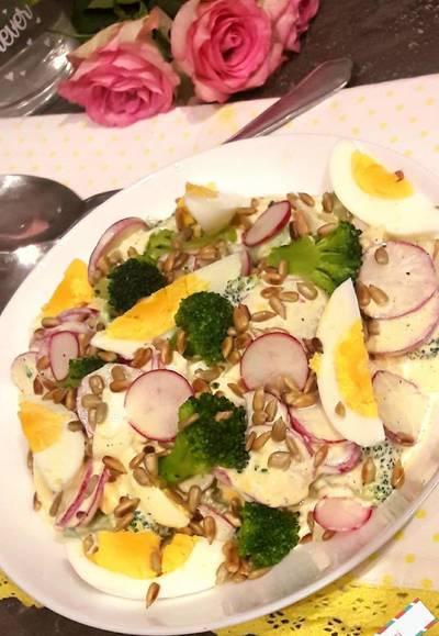 Sałatka jajeczna z rzodkiewką i brokułem
