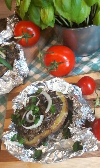 Pieczone ziemniaki z kaszanką  i kiszoną kapustą