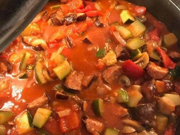 Leczo z kiełbasą i pieczarkami w sosie pomidorowym
