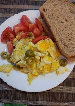 Jajecznica z mozzarellą, oliwkami i pomidorami