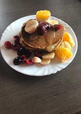 Pancakes z mąki pełnoziarnistej i kukurydzianej z owocami