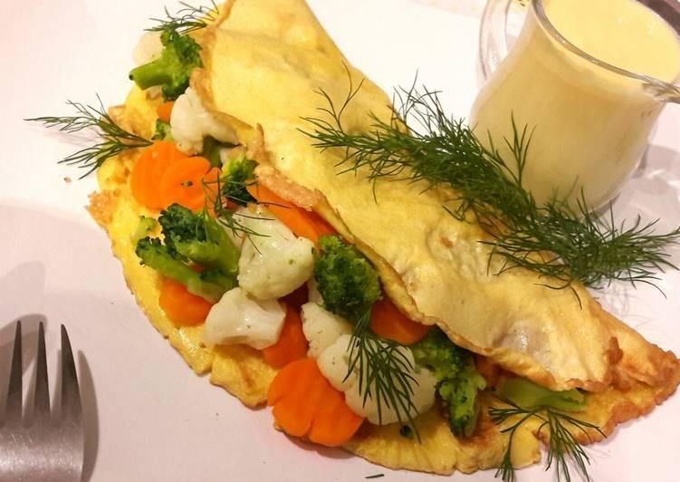 Omlet z warzywami i sosem holenderskim