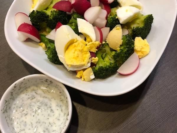 Kuskus z brokułami, jajkiem, rzodkiewką w sosie chrzanowym
