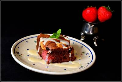 Ciasto czekoladowe z masłem orzechowym i truskawkami