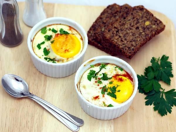 Jajka z kiełbasą zapiekane w kokilkach