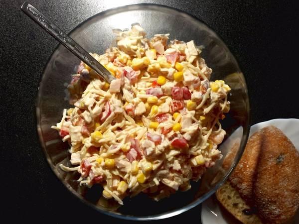 Sałatka z selerem konserwowym i wędzonym kurczakiem