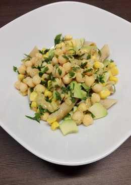Sałatka z makaronem pełnoziarnistym, ciecierzycą, awokado i kukurydzą