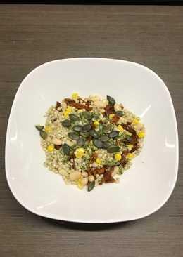 Sałatka z kaszą gryczaną, białą fasolą, suszonymi pomidorami i kukurydzą