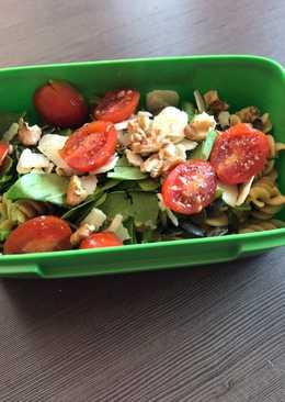 Makaron z kurczakiem, szpinakiem, pomidorami i pestkami dyni