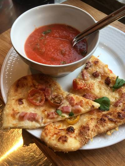 Tomatsoppa med pizzaslize