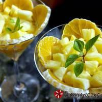 Φρουτοσαλάτα με ανανά, πορτοκάλι και φύλλα μέντας
