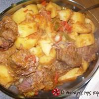 Κοκκινιστό μοσχαράκι με πατάτες στο πήλινο