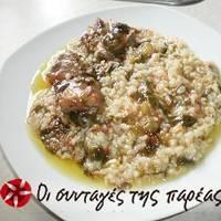 Αρνάκι με ρύζι και πράσινο κρεμμυδάκι στο φούρνο