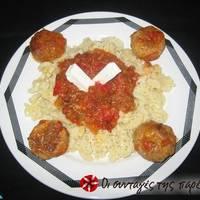 Κεφτεδάκια με κόκκινη σάλτσα και φέτα