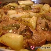 Χοιρινές μπριζόλες με πατάτες στο φούρνο