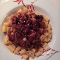 Χταπόδι κρασάτο με κόκκινη σάλτσα και κοφτό μακαρονάκι