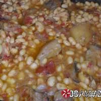 Φασόλια στο φούρνο με πιπεριές και ελιές