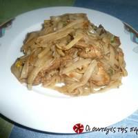 Κινέζικο κοτόπουλο με σάλτσα σόγιας και νουντλς