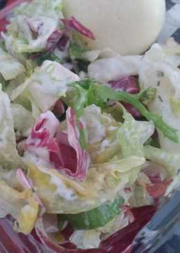 Φρέσκια σαλάτα εποχής με σώς γιαουρτιού, καρύδια, κουκουνάρι και grana padano