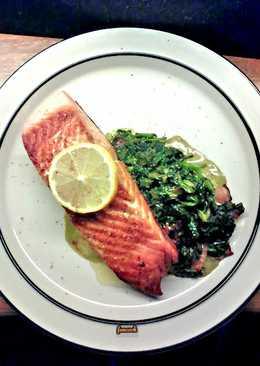 Crispy salmon και σπανάκι σωτε με μπέικον