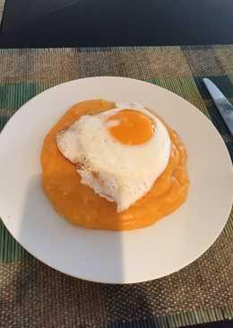Πουρέ πατάτας με καρότο και ένα αυγό μάτι