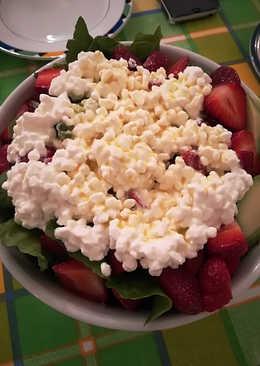 Τρίχρωμη ανοιξιάτικη σαλάταμε cottage cheese και φράουλες