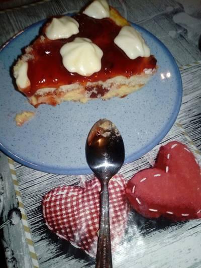"""""""Μυστική"""" τούρτα ελαφριά και πανεύκολη με σάλτσα φράουλας"""