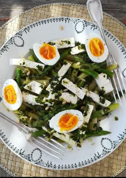 Σπαράγγια με φέτα και αυγό