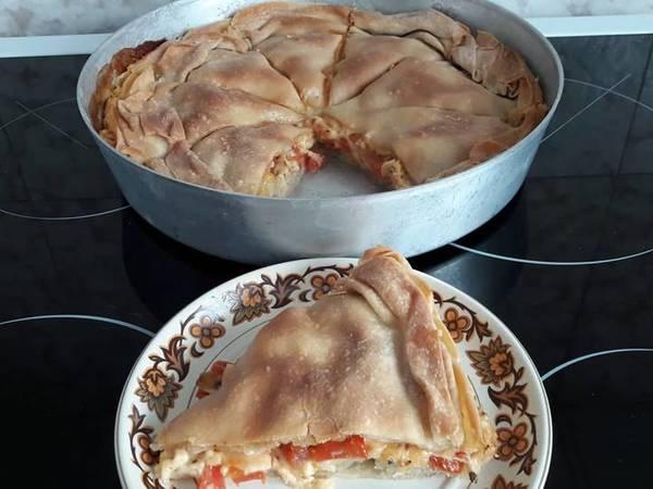 Πίτα με χειροποίητο φύλλο & γέμιση 3 κίτρινα τυριά & ντομάτα