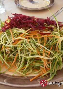Πολύχρωμη σαλάτα με παντζάρι, καρότο & κολοκυθάκι