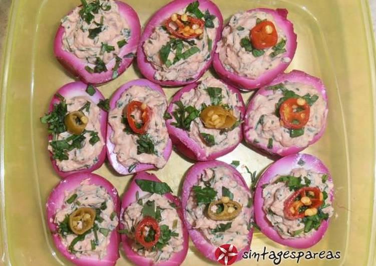 Βαμμένα κόκκινα αυγά για τη νύχτα (τουρσί και γεμιστά)