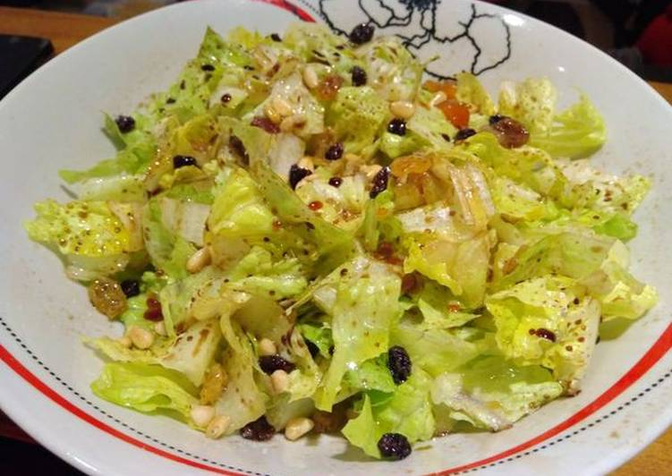 Σαλάτα με μαρούλι, αποξηραμένα φρούτα και πετιμέζι