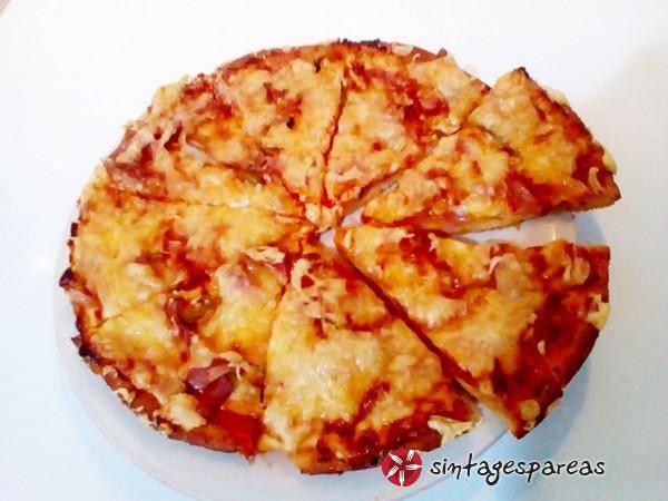 Αφράτη σπιτική πίτσα με χειροποίητη ζύμη
