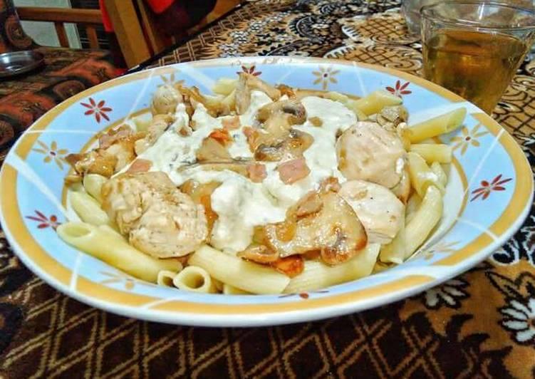 Τηγανιά κοτόπουλο με πένες σε σάλτσα τυριών
