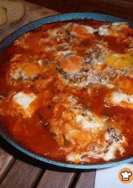 Shakshuka. Αυγά σε σάλτσα ντομάτας