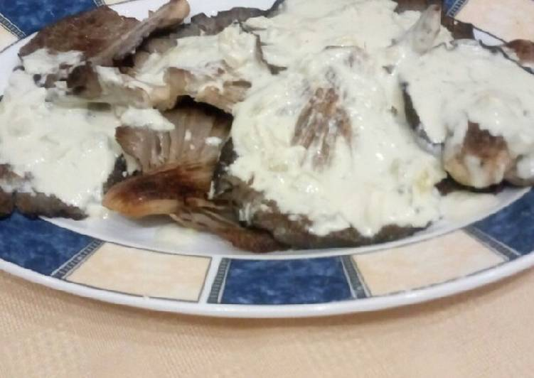 Μανιτάρια πλευρώτους με σάλτσα ροκφόρ