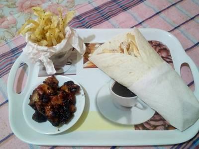 Κρύα σάντουιτς με πατάτες τηγανιτές και συνοδευτικό κοτόπουλο